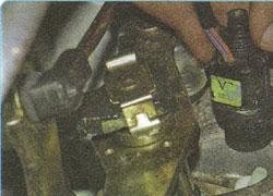 На двигателе f16d3 датчик расположен на впускном трубопроводе.